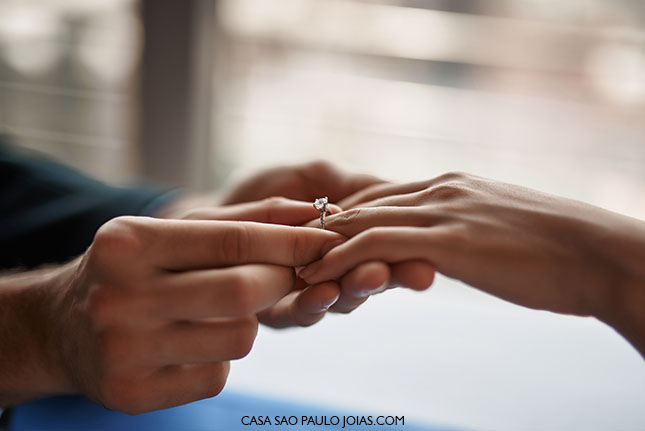 Anel de Noivado de diamante no dedo da noiva