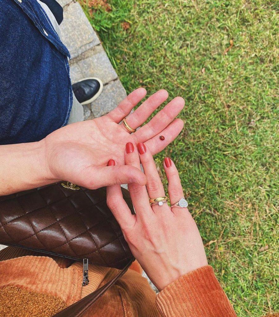 Alianças e anel de noivado da influencer Mariana Saad